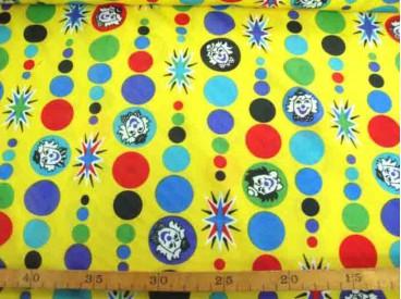 Een glanzende gele carnavalsstof met stippen en clowns hoofdjes. 100% polyester  1.50 mtr. breed
