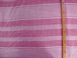 Dunne katoen met offwhith/rode breedte streep. Chambre look. Kan ook in de lengte worden verwerkt. Katoen e.d. 1.40 mtr. breed.