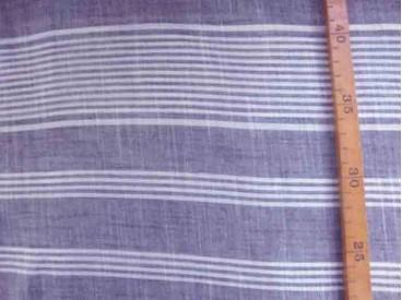 Dunne katoen met offwhith/grijze breedte streep. Chambre look. Kan ook in de lengte worden verwerkt. Katoen e.d. 1.40 mtr. breed