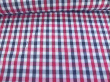 Een rood wit zwarte boerenbont ruit van 5 x 5 mm. Polyester e.d. 1.45 mtr. breed
