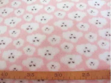 Coral fleece roze met witte poedelkopjes. Aan 2 kanten superzachte rekbare fleece.  100% Polyester  1.50 mtr. breed  225 Gr./M2
