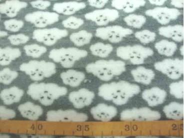 Coral fleece lichtgrijs met witte poedelkopjes. Aan 2 kanten superzachte rekbare fleece.  100% Polyester  1.50 mtr. breed  225 G