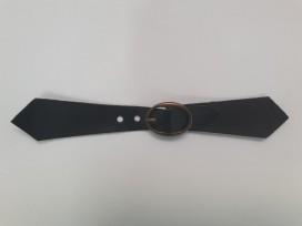Zwart leren riempje in puntvorm. 14 x 2 cm.  Kunstleer. Met bronskleurige gesp
