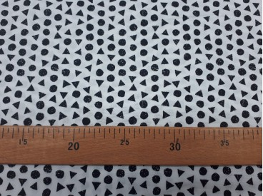 Een witte poplin katoen met zwarte kleine driehoekjes en cirkels. 100% katoen 1,40 mtr. breed