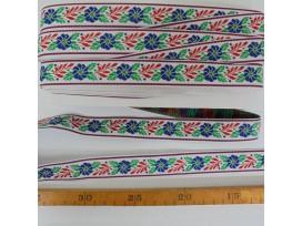 Sierband wit met blauwe bloemen groene en rode blaadjes.  2,5 cm breed
