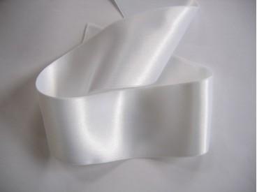 Wit satijnlint per rol van 25 meter. Een hele mooie kwaliteit dubbelzijdig satijnlint.  50 mm breed  100 % polyester