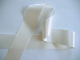 Off white satijnlint per rol van 25 meter. Een hele mooie kwaliteit dubbelzijdig satijnlint.  38 mm breed  100 % polyester