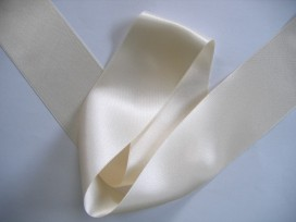 Creme satijnlint per rol van 25 meter. Een hele mooie kwaliteit dubbelzijdig satijnlint.  50 mm breed  100 % polyester