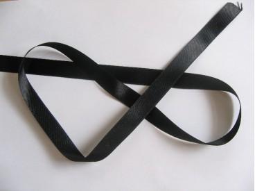 Zwart satijnlint per rol van 25 meter. Een hele mooie kwaliteit dubbelzijdig satijnlint.  15 mm breed  100 % polyester
