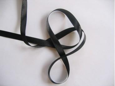 Zwart satijnlint per rol van 25 meter. Een hele mooie kwaliteit dubbelzijdig satijnlint.  10 mm breed  100 % polyester