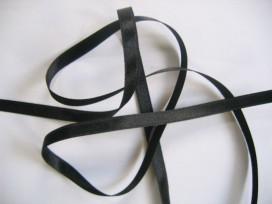 Zwart satijnlint per rol van 25 meter. Een hele mooie kwaliteit dubbelzijdig satijnlint.  6 mm breed  100 % polyester
