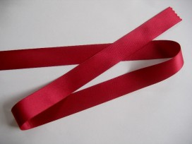 Warm rood satijnlint dubbelzijdig van 50 mm. breed.