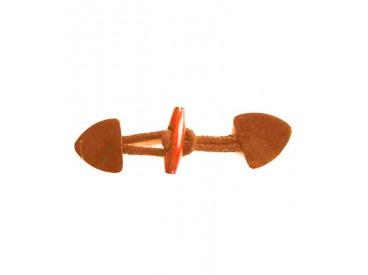 Een cognackleurige opnaaibare houtje/touwtje sluiting. 15 x 4 cm.