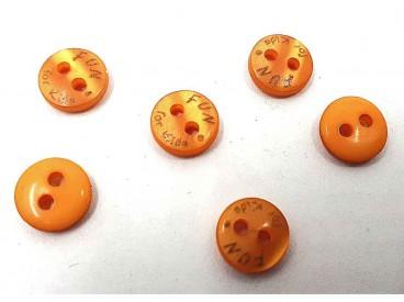 Een klein mini knoopje van Fun for Kids. Kleur okergeel.  Doorsnee 9mm  Met 2 gaatjes