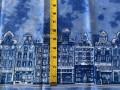 Delfts blauwe stof, blauw gevlekte katoen met aan beide zelfkanten een huisjes rij.  100% katoen  1.50 mtr.br.  123 gr/m²