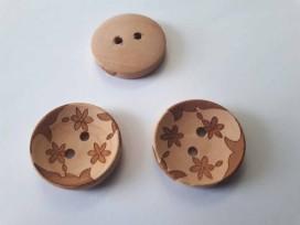 Een houten bloemknoop met een ingelaserde bloemprint.  De doorsnee is 23mm.