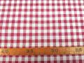 Een met rode boerenbont ruit bedrukte canvas, die iets wat stug aanvoelt.  Het ruitje is 7 x 7 mm. 100% katoen 1.50 mtr. br.