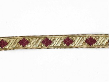 Goudkleurig band met een bordeaux rode ruit. Wordt gebruikt voor kerstman pakken. 15 mm. breed