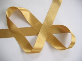 Goud kleurig satijnlint per rol van 25 meter. De prijs is per rol.  38 mm breed  100 % polyester