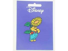 Een Winnie the Pooh applicatie,  met een afmeting van  6 x 4.5 cm.   Opstrijkbaar. Winnie staand onder de zonnebloem.