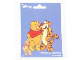 Een Winnie the Pooh applicatie,  met een afmeting van  8 x 8 cm.   Opstrijkbaar. Winnie omhelst tijgetje
