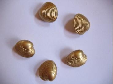Goudkleurige kunststof jacobschelp knoop. 20 mm. doorsnee