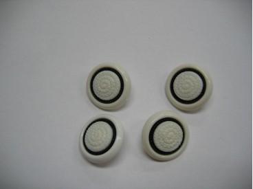 Witte kunstofknoop met zwarte cirkel. 20 mm. doorsnee