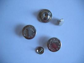 Zilverkleurige metalen inslagknoop. 16mm. doorsnee.