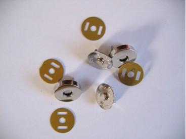 Zilveren magnetische inslag drukknoop. 18 mm. doorsnee. per stuK