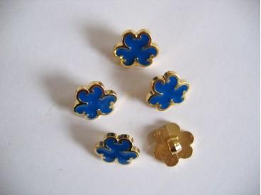 Goudkleurige kunststof bloemknoop met blauwe blaadjes.12 mm. doorsnee.