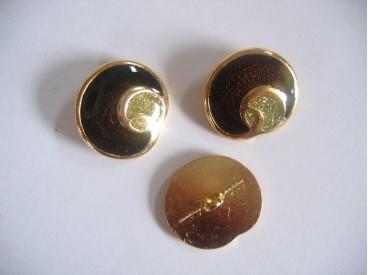 Goudkleurige metalen damesknoop. Donkerbruine knoop met zilveren glitter. Doorsnee 22 mm.