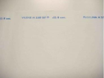 Stevige witte plakvlieseline van 0.90 cm. breed.