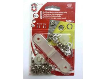 Witte inslag baby drukknopen met werktuig. Een open rondje. Doorsnee 10 mm. 15 stuks per pakje.