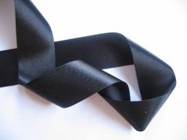 Zwart satijnlint dubbelzijdig van 40 mm. breed.