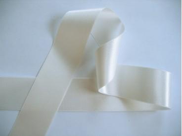 Offwhite satijnlint dubbelzijdig van 40 mm. breed.