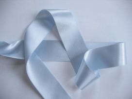 Lichtblauw satijnlint dubbelzijdig van 40 mm. breed.