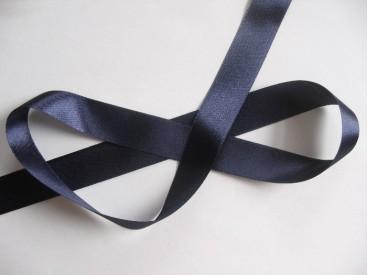 Satijnlint donkerblauw, dubbelzijdig van 25 mm breed.