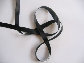 Zwart satijnlint dubbelzijdig van 10 mm. breed.