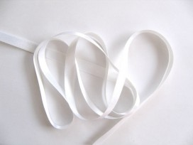 Wit satijnlint dubbelzijdig van 10 mm. breed.
