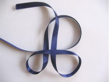 Donkerblauw satijnlint dubbelzijdig van 10 mm. breed.