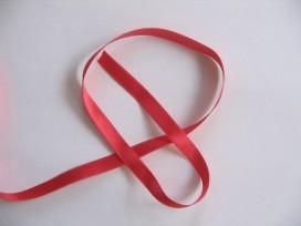 Rood satijnlint dubbelzijdig van 10 mm. breed.