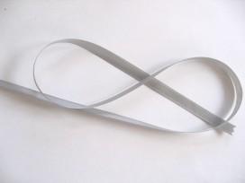 Lichtgrijs satijnlint dubbelzijdig van 10 mm. breed.