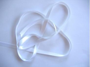 Wit satijnlint dubbelzijdig van 8 mm. breed.
