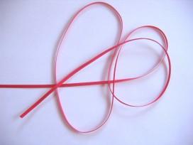 Helder rood satijnlint dubbelzijdig van 3 mm. breed.