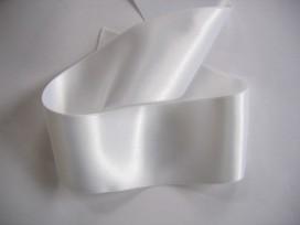 Wit satijnlint dubbelzijdig van 50 mm. breed.