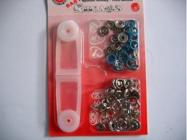 Babydrukkers. Aqua kleurige inslag drukknoop met werktuig. Een open rondje. Doorsnee 9.7 mm. 15 stuks per pakje