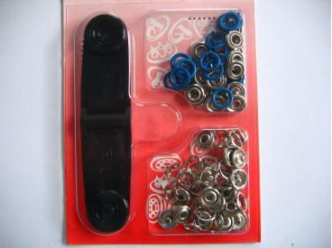 Babydrukkers. Blauwe inslag drukknoop met werktuig. Een open rondje. Doorsnee 9.7 mm. 15 stuks per pakje