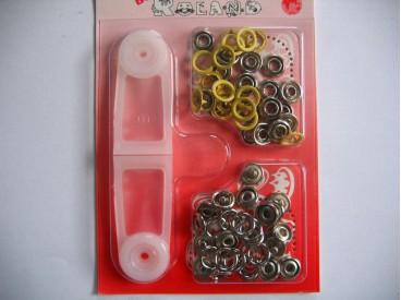 Babydrukkers. Gele inslag drukknoop met werktuig. Een open rondje. Doorsnee 9.7 mm. 15 stuks per pakje