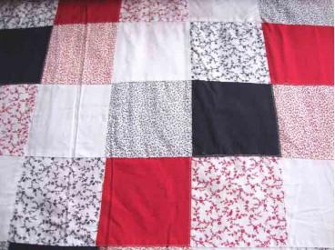 Een leuke patchwork stof in Hollandse kleuren. De blokken zijn 10x10cm. De stof is niet bedrukt, maar echt aan elkaar genaaid.