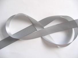 Lichtgrijs  satijnlint dubbelzijdig van 25 mm. breed.